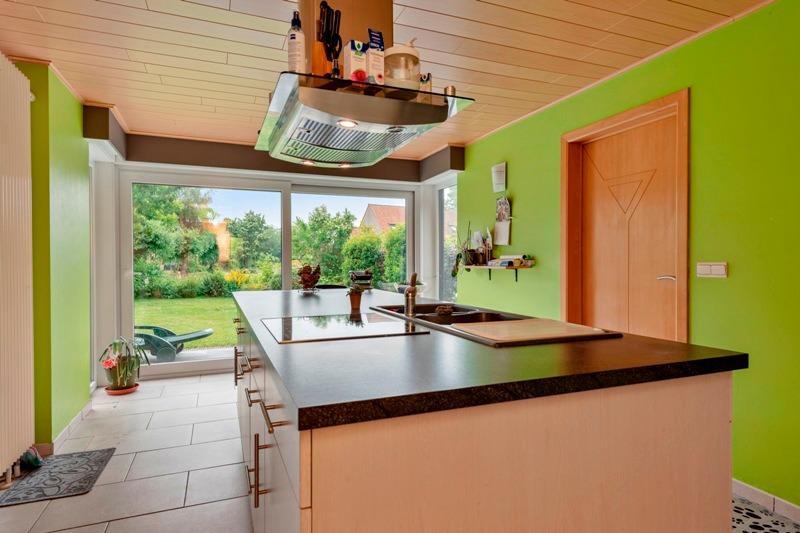 Großes halboffenes Haus mit viel Grün und Wasser umgeben!