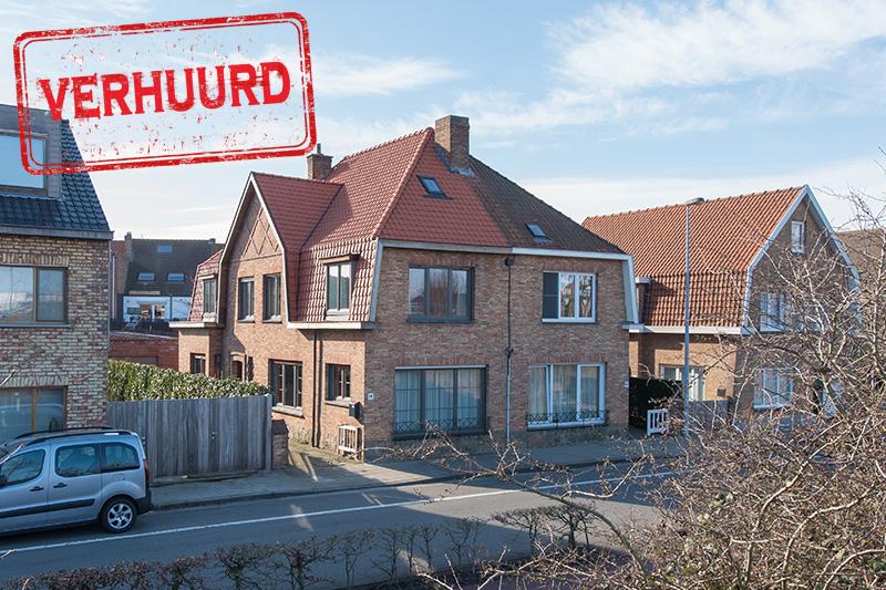 Vintage möbliertes Haus mit sonniger Terrasse